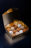 Комплект различных видов домодельных трюфелей шоколада в golde Стоковые Фото