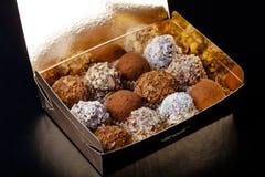 Комплект различных видов домодельных трюфелей шоколада в golde Стоковое Фото