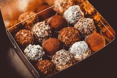 Комплект различных видов домодельных трюфелей шоколада в golde Стоковые Фотографии RF