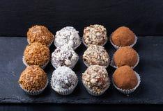 Комплект различных видов домодельных трюфелей шоколада селективно Стоковые Изображения RF