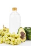 Комплект различных зеленых свежих сырцовых овощей и плодоовощей и бутылки воды Стоковое фото RF