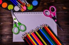 Комплект различных канцелярских принадлежностей школы Блокнот, ножницы, pensils Стоковые Изображения