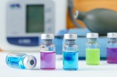 Комплект различных медицинских пробирок для впрысок Ампулы с цветами жидкостного лекарства голубыми, розовыми и зелеными Малые бу Стоковое фото RF
