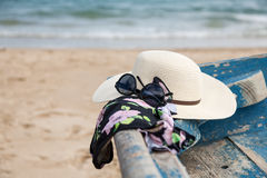 Комплект различных одежд и аксессуаров для женщин на пляже Стоковая Фотография RF