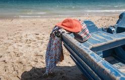 Комплект различных одежд и аксессуаров для женщин на пляже Стоковые Изображения