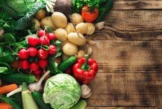 Комплект различных свежих овощей на деревянном столе с границей Стоковое Изображение RF