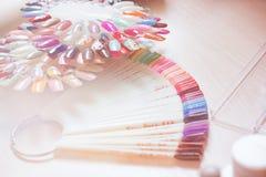 Комплект различных цветов маникюра на палитре в косметическом тонизированном магазине Стоковые Изображения
