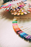 Комплект различных цветов маникюра на палитре Стоковая Фотография