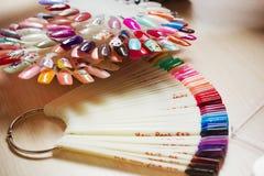Комплект различных цветов маникюра на палитре Стоковое Изображение