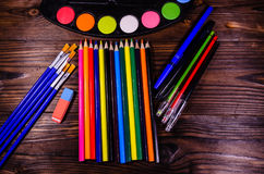 Комплект различных чертегных инструментов Краски акварели, paintbrushes, Стоковое Фото