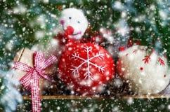 Комплект рождества забавляется через вне хворостины и snowflall ели xmas Стоковое Изображение RF