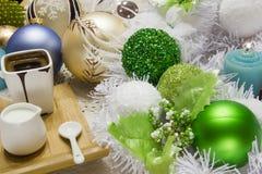 Комплект рождества зеленых и белых шариков Стоковое фото RF