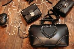 Комплект роскошных кожаных сумок на древесине Стоковая Фотография