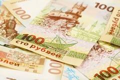Комплект 100 русских рублей банкнот с symbolics Крыма Стоковые Фото