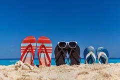 Комплект сандалий семьи на песчаном пляже, концепция каникул Стоковое Фото