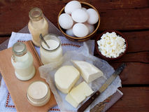 Комплект свежих молочных продучтов на деревянной предпосылке: надоите, югурт коттеджа сыра, яичко, фета ryazhenka моццареллы Стоковое Изображение RF