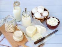 Комплект свежих молочных продучтов на деревянной предпосылке: надоите, моццарелла яичка югурта коттеджа сыра, фета ryazhenka Стоковые Изображения RF
