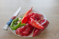 Комплект свежих овощей изолированных на деревянной предпосылке таблицы Зеленое и красное backgro болгарского перца Стоковое фото RF