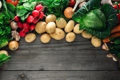 Комплект свежих овощей на деревянном столе с границей Стоковые Изображения RF