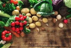 Комплект свежих овощей на деревянном столе с космосом экземпляра Стоковое Изображение