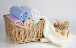 Комплект свернутых полотенец и аксессуаров ванны, изолированный на белом bac Стоковое Изображение