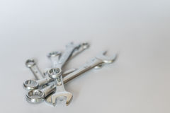 Комплект серебряных металлических гаечных ключей, изолированных объектов Стоковое Изображение