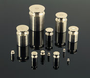 Комплект сияющих весов металла на темной поверхности зеркала Стоковые Фотографии RF