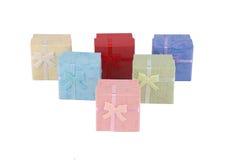 Комплект собрания присутствующей коробки красочный при изолированный смычок стоковые фотографии rf