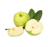 Комплект собрания Guavas с листьями и guava были отрезаны в части Стоковое Изображение
