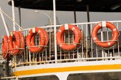 Комплект спасательных жилетов прикрепленных к пассажирскому кораблю Стоковые Фотографии RF