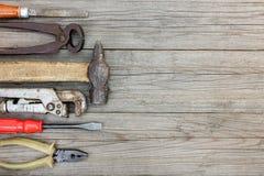 Комплект старых инструментов и аппаратуры для работы руки на деревянных досках b Стоковое Изображение