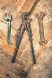 Комплект старых ключей на деревянном поле Стоковое Фото