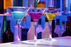Комплект стекел Мартини коктеиля цвета в баре Стоковая Фотография