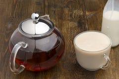 Комплект стеклянной бутылки чайника, чашка и молока Стоковые Изображения