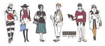Комплект стильных людей с устройствами на улице, собрании моды эскиза Стоковые Изображения RF