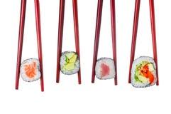 Комплект суш в деревянных красных изолированных палочках Стоковое Фото