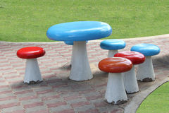Комплект таблицы и стульев на тропе Стоковое Фото