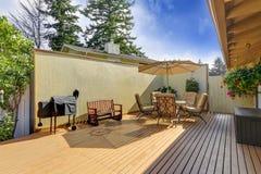 Комплект таблицы патио с раскрытым зонтиком Деревянная палуба выхода Стоковое Фото