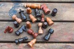комплект ферзя короля шахмат винтажные деревянные диаграммы на древесине всходят на борт предпосылки Стоковая Фотография RF