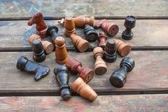 комплект ферзя короля шахмат винтажные деревянные диаграммы на древесине всходят на борт предпосылки Стоковые Изображения