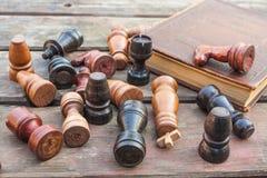 комплект ферзя короля шахмат винтажные деревянные диаграммы на древесине всходят на борт предпосылки Стоковое Изображение