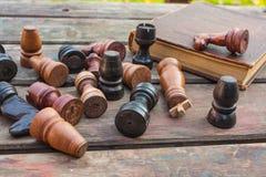 комплект ферзя короля шахмат винтажные деревянные диаграммы на древесине всходят на борт предпосылки Стоковые Фотографии RF