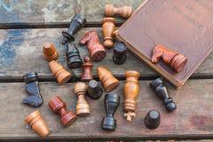 комплект ферзя короля шахмат винтажные деревянные диаграммы на древесине всходят на борт предпосылки Стоковое Изображение RF