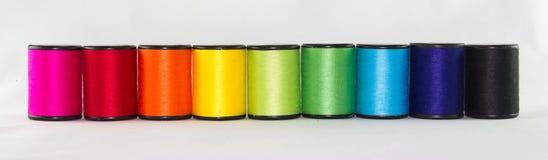 Комплект цвета продевает нитку на белой предпосылке Стоковые Изображения RF