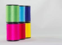 Комплект цвета продевает нитку на белой предпосылке Стоковое Фото