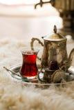 Комплект чая в восточном стиле в груше сформировал стекло с винтажным чайником и даты приносить Стоковое Изображение