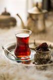 Комплект чая в восточном стиле в груше сформировал стекло с винтажным чайником и даты приносить Стоковое Фото