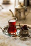 Комплект чая в восточном стиле в груше сформировал стекло с винтажным чайником и даты приносить Стоковые Фотографии RF