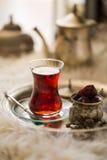 Комплект чая в восточном стиле в груше сформировал стекло с винтажным чайником и даты приносить Стоковая Фотография RF