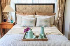 Комплект чая в деревянном подносе на кресле в спальне с теплым l Стоковое Изображение RF